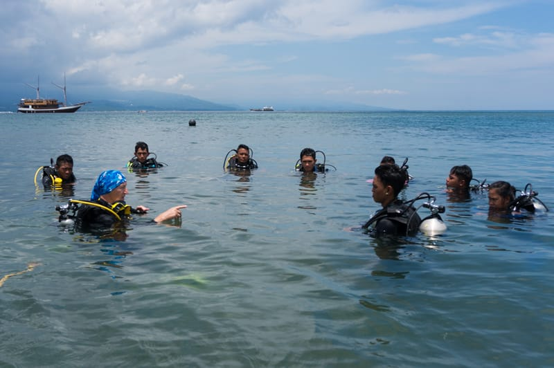 Diving teacher with students.